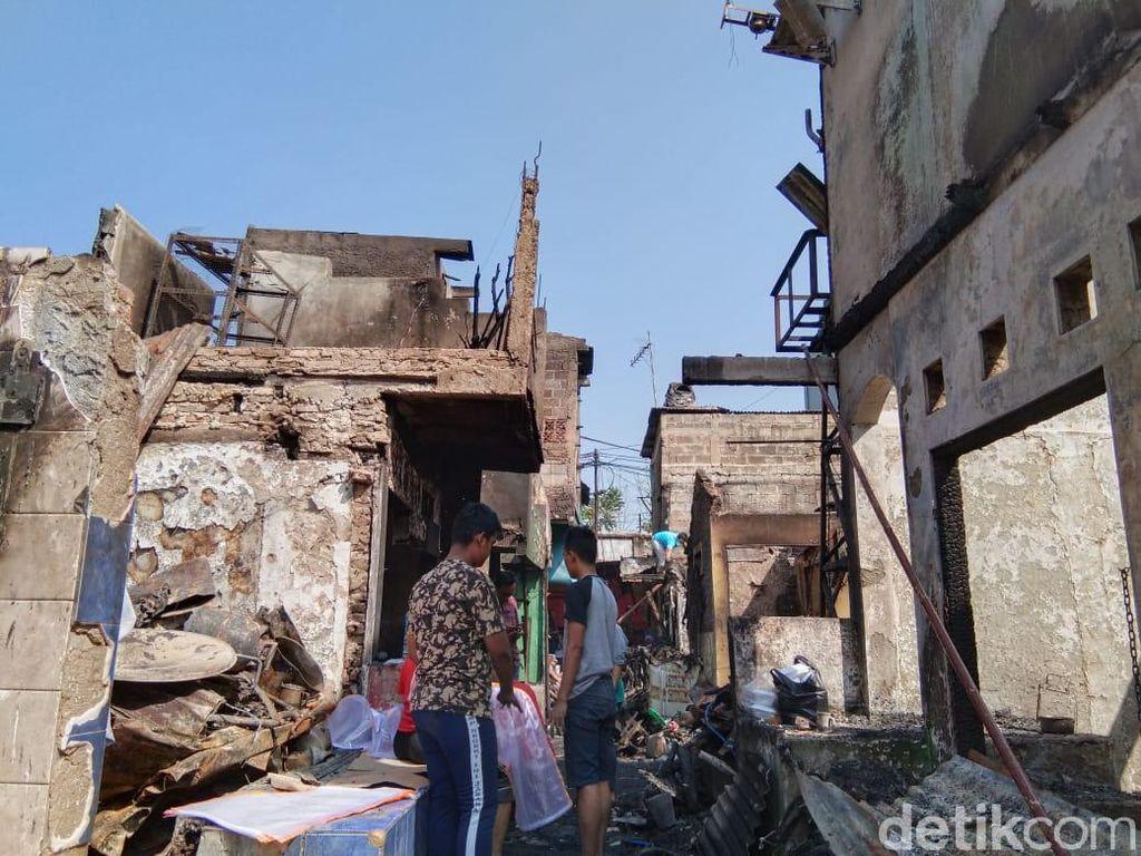 Warga Tebet Korban Kebakaran Bersihkan Puing-puing Rumah yang Gosong