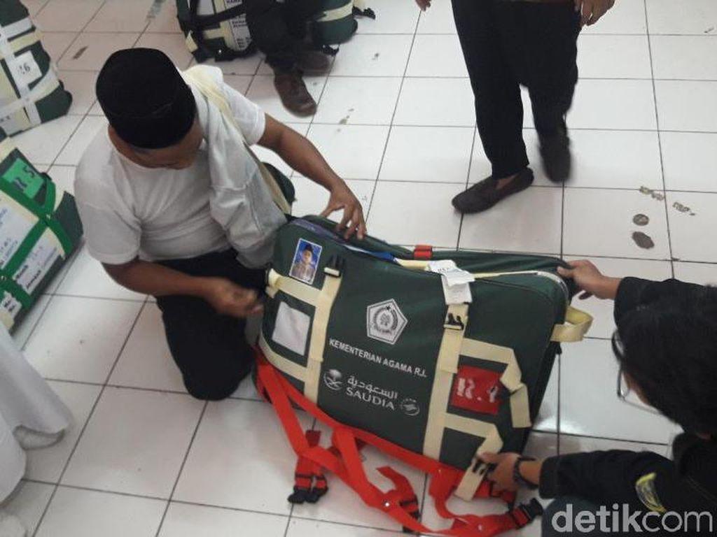 Ini Modus Calon Jemaah Haji Asal Jabar Sembunyikan Rokok dalam Koper