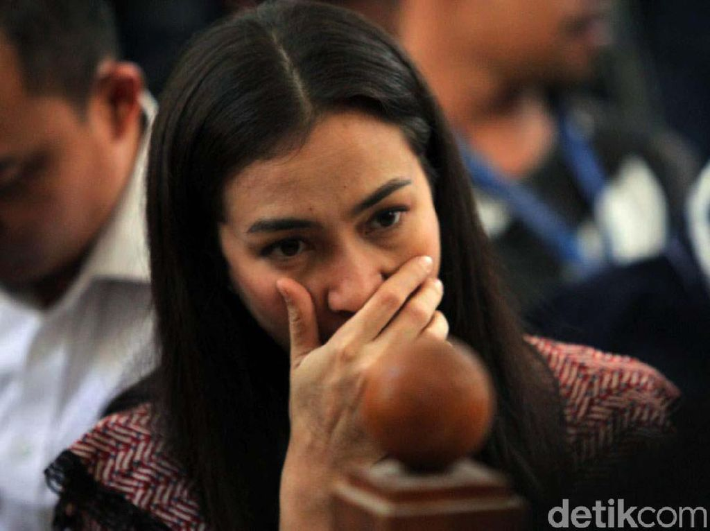 Ekspresi Atiqah Hasiholan Menanti Ibunya Divonis
