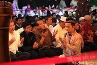 Chairul Tanjung, Ustaz Maulana dan para anak yatim berdoa bersama (Lamhot/detikcom)