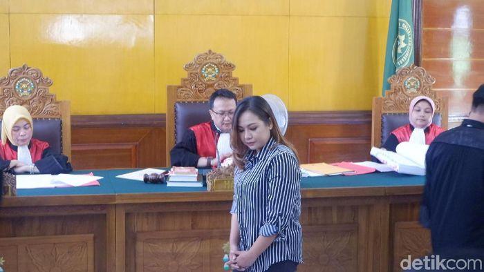 Lasmi Indaryani, manajer Persibara Banjarnegara menilai hukukam kepada terdakwa mafia bola terlalu ringan. (Uje Hartono/detikSport)
