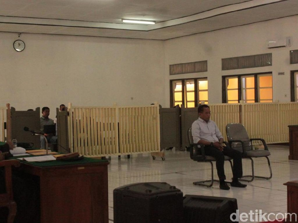 Sidang Mafia Bola: Mansyur Lestaluhu Terima Putusan Vonis 1 Tahun Penjara
