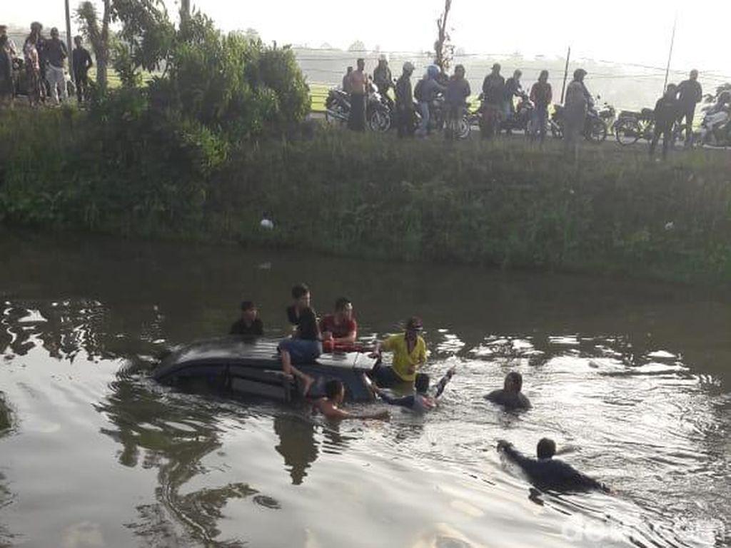 Hindari Motor, MPV Muat 7 Orang Terjun ke Sungai di Jember