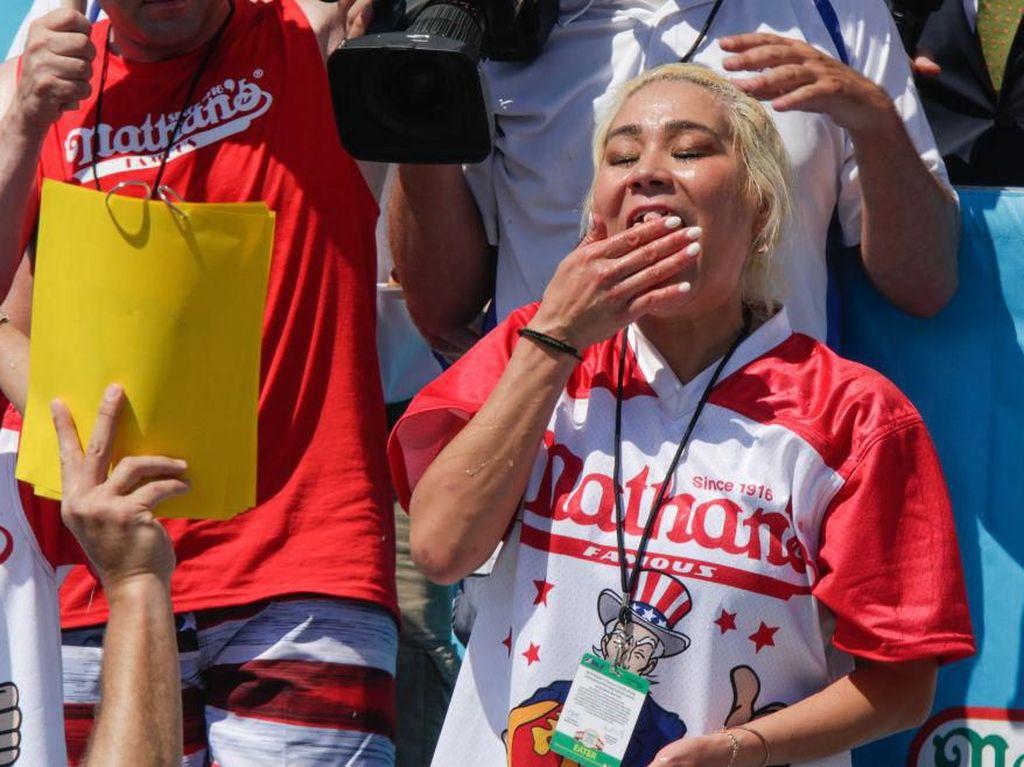 Jawara Kontes Makan Wanita Ini Kembali Menangi Kontes Makan Hot Dog