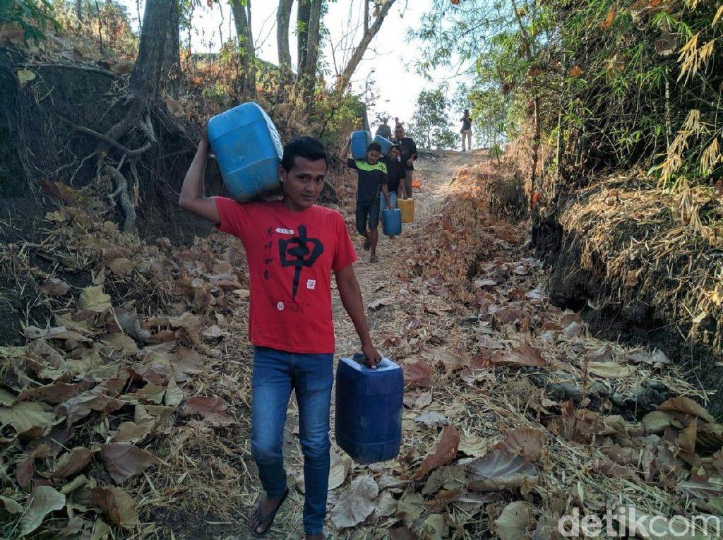 2 Bulan Air Tak Mengalir, Warga Ponorogo Rela Jalan Kaki 2 KM ke Desa Lain