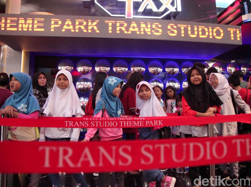Potret Seru 1.029 Anak Yatim Coba Trans Studio Jakarta di Cibubur