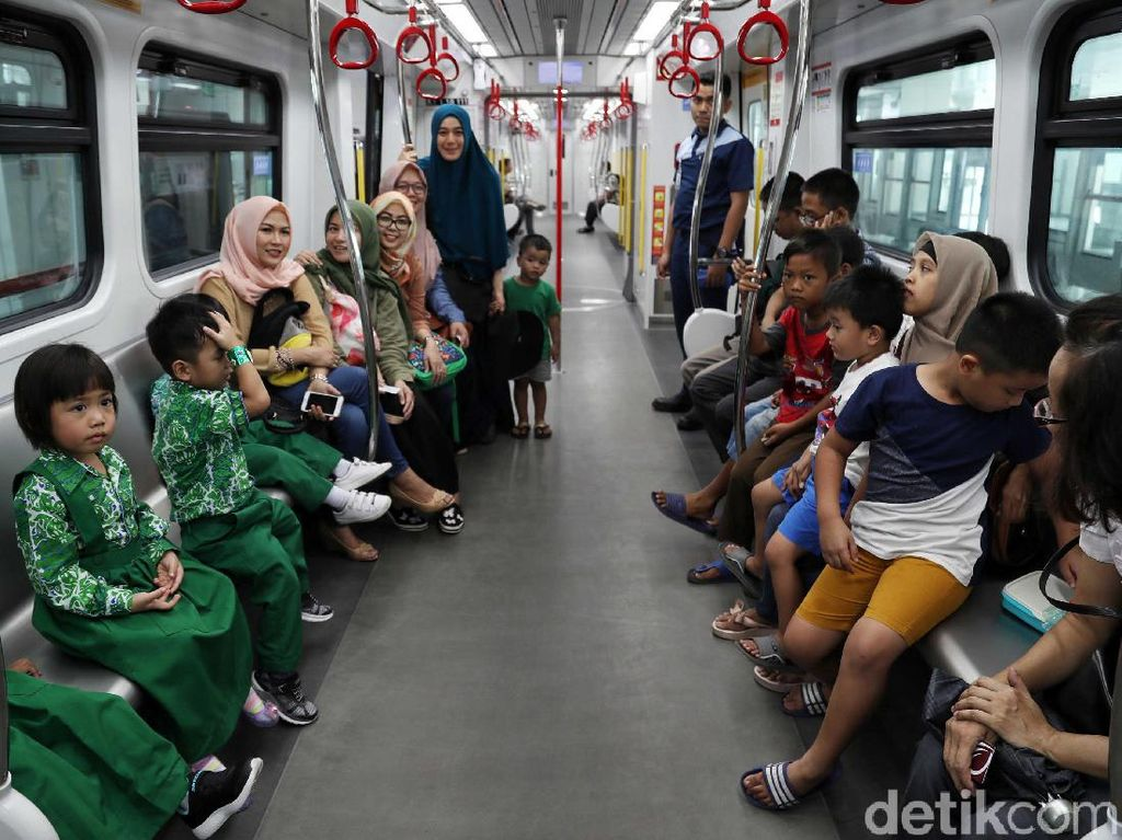 Potret Senangnya Warga Jajal LRT Jakarta