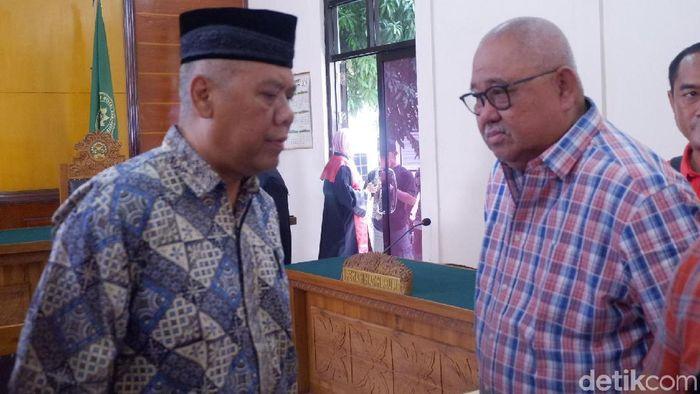 (Andi Darussalam Tabusalla menemami Dwi Iriantoi dalam sidang putusan kasus pengaturan skor di PN Banjarnegara siang tadi. (Uje Hartono/detikSport)