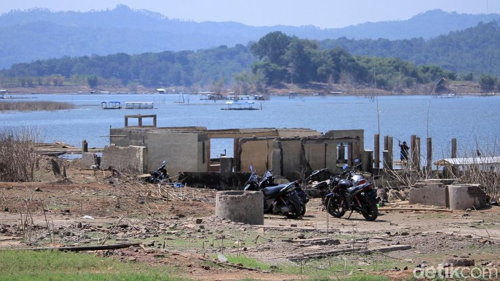 Sisa Perkampungan yang Hilang Kembali Terlihat di Waduk Jatigede