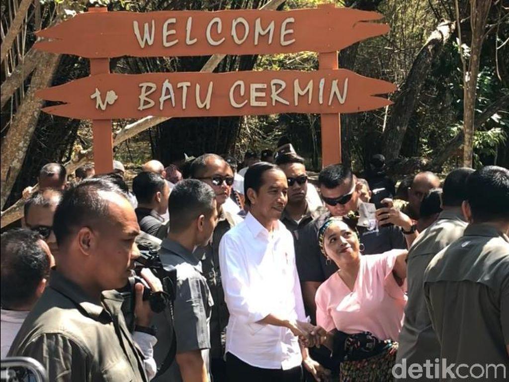 Saat Jokowi dan Iriana Menyusuri Gua Batu Cermin di NTT