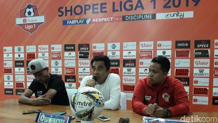 Pelatih PSS Sleman, Seto Nurdiyantoro (tengah) (Ristu Hanafi/detikSport)