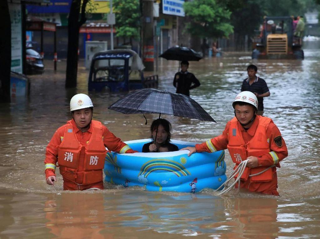 Ngeri! Derasnya Arus Banjir yang Melanda China