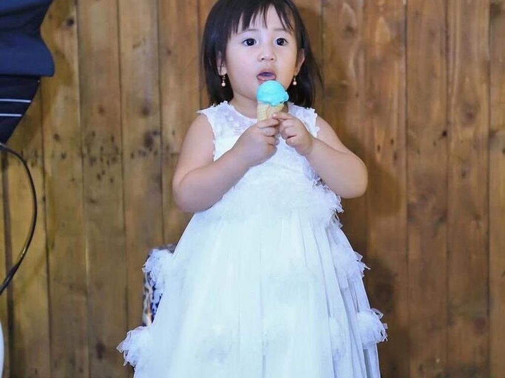 Cantik Kayak Princess, Begini Gaya Anak Nindy Kalau Lagi Ngemil