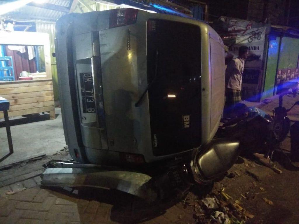 Sebuah MPV di Sidoarjo Tabrak Warung Usai Tabrak 3 Kendaraan