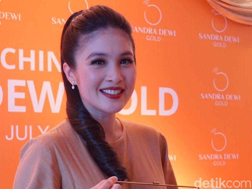 Foto: Hamil 8 Bulan, Sandra Dewi Cantik Bergaun Emas