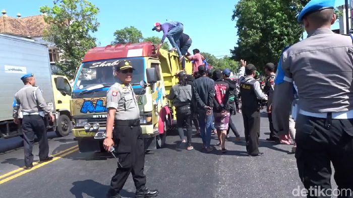 Bonek diamankan kepolisian di Rembang, Jawa Tengah. (Arif Syaefudin/detikSport)