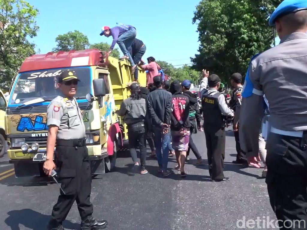 Polisi Jaring Ratusan Bonek yang Lintasi Pantura Rembang