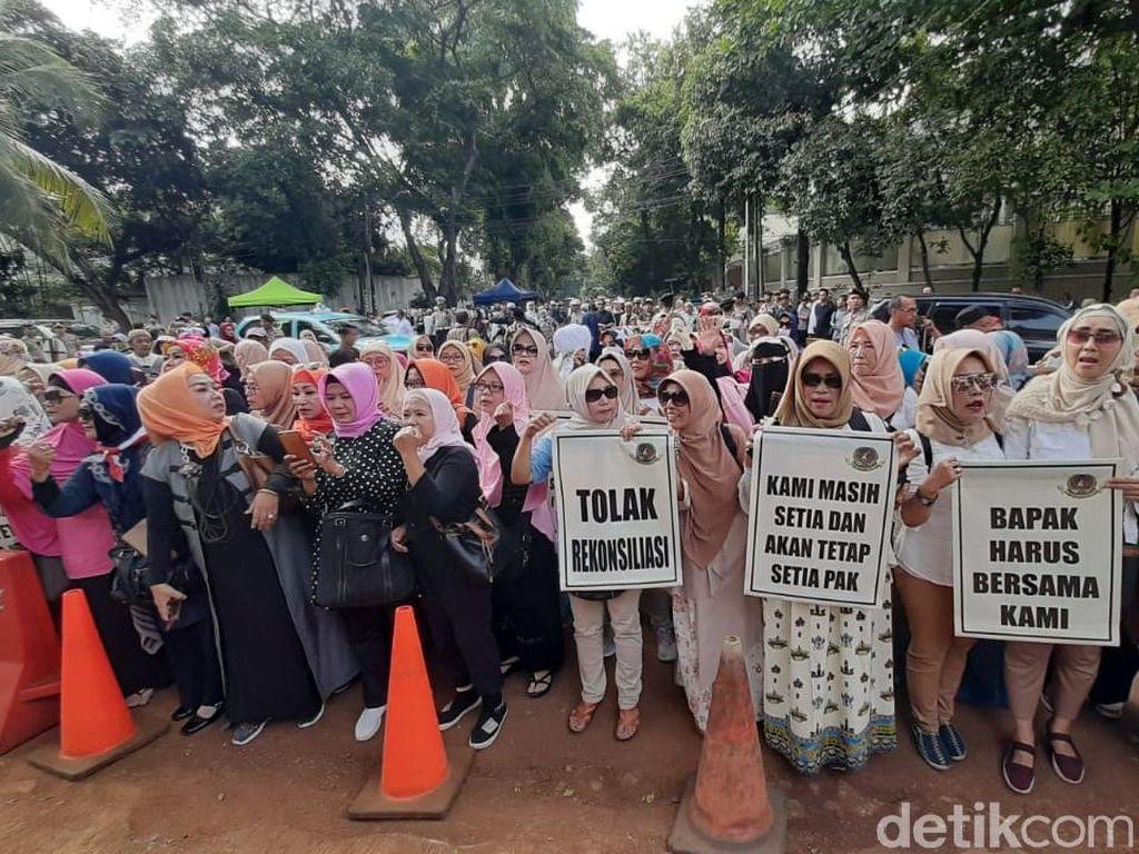 Suara Emak-emak Pro-Prabowo Tolak Rekonsiliasi