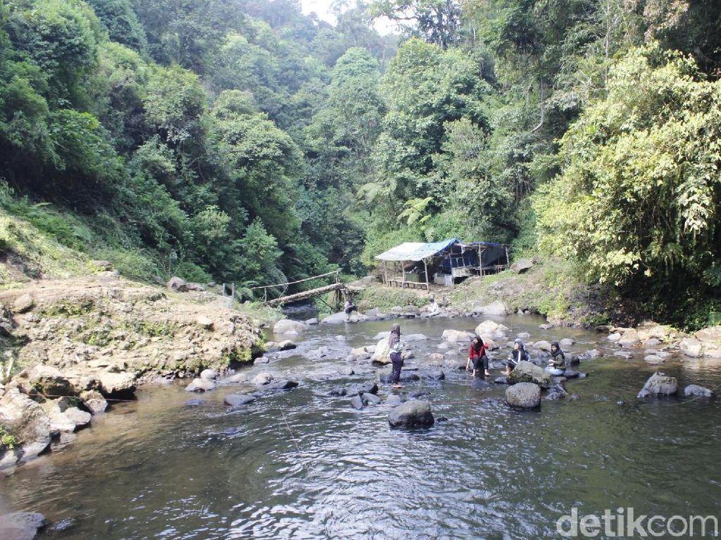 Foto: Basah-basahan di Curug Tilu Leuwi Opat Bandung