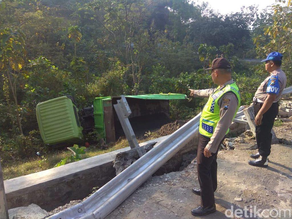 Truk Pengangkut Pasir Masuk Jurang di Jalur Ponorogo-Trenggalek