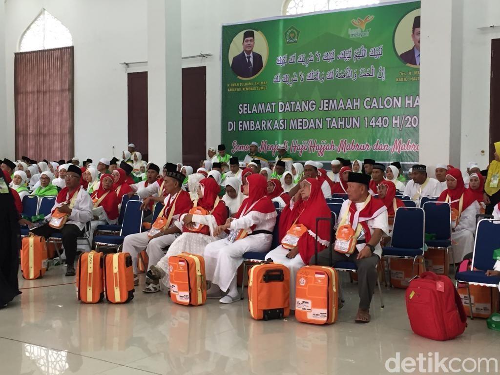 Calhaj Kloter 1 Embarkasi Medan Masuk Asrama Haji