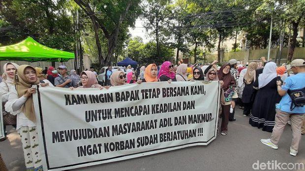 Emak-emak Demo di Depan Kediaman Prabowo, Tolak Rekonsiliasi