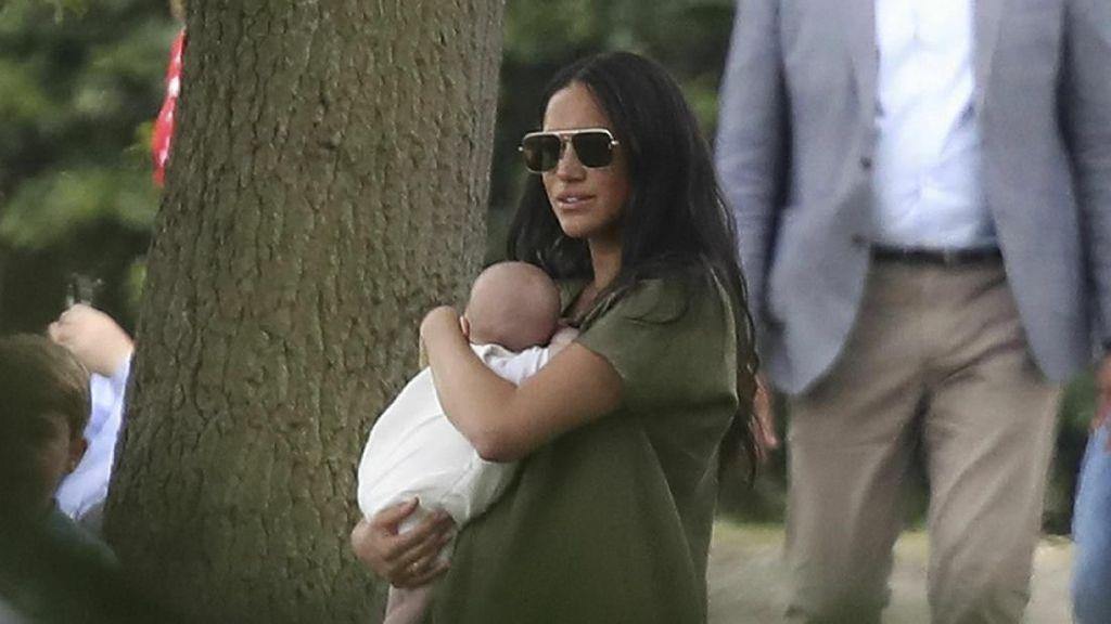 Foto: Gaya Meghan Markle Gendong Bayi yang Dicibir Netizen