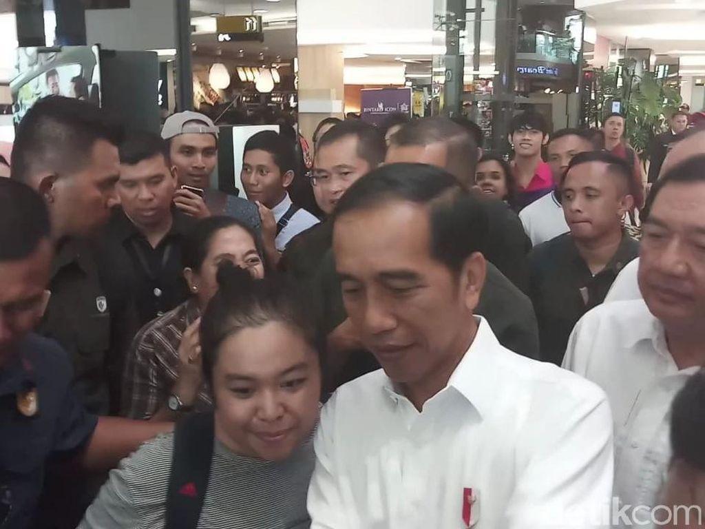 Tinggalkan Fx Sudirman Usai Bertemu Prabowo, Jokowi Ladeni Warga Foto Bersama