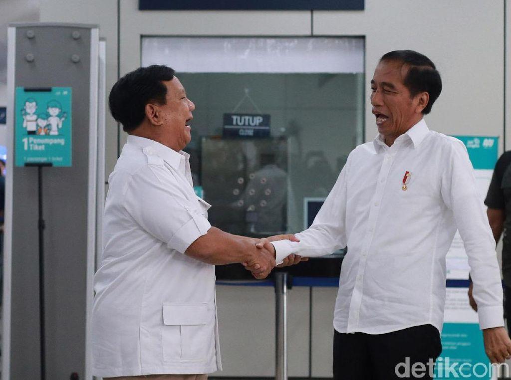 Penuh Tawa, Begini Momen Saat Prabowo Sambut Jokowi