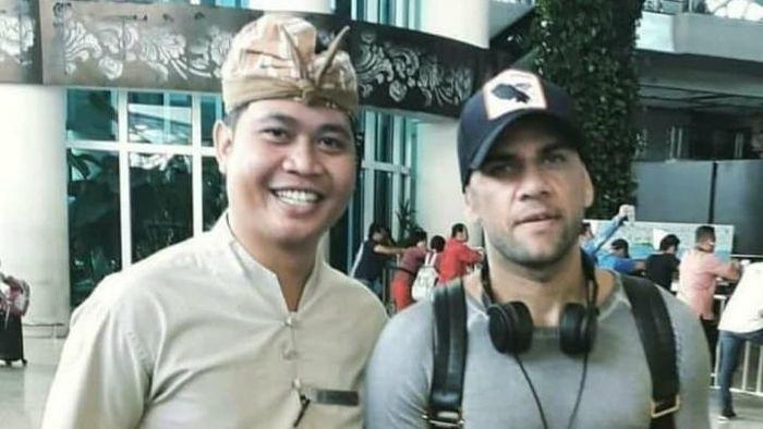 Dani Alves sedang liburan di Bali. (Foto: instagram @rijalmewar)