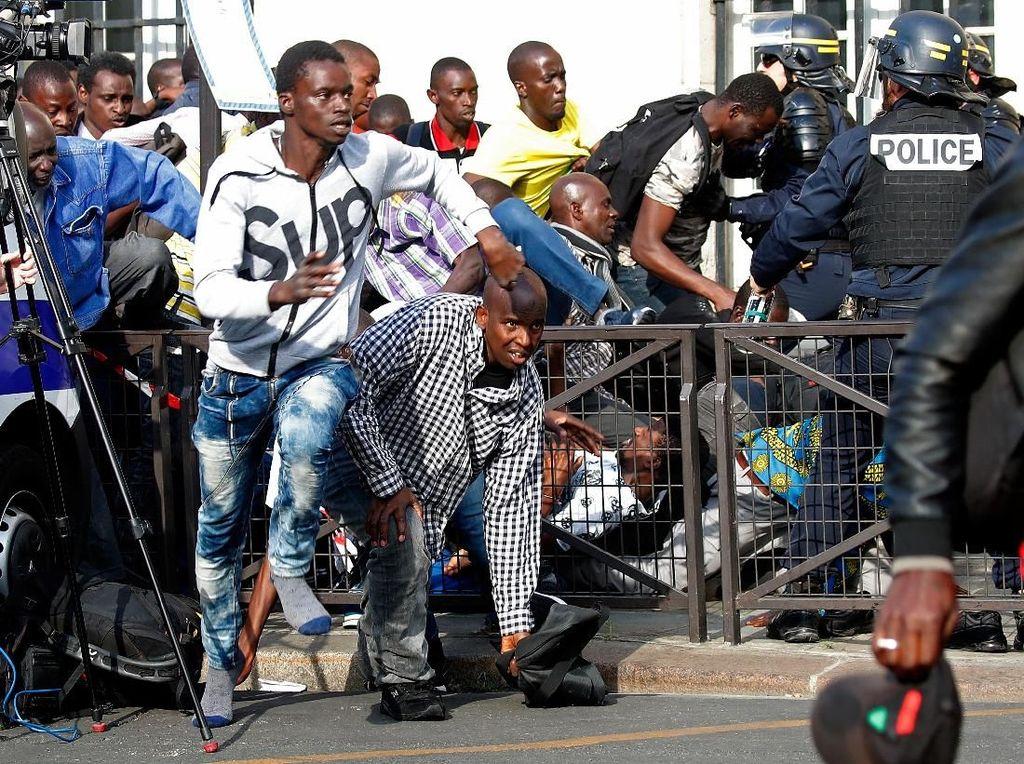 Ingin Tetap di Perancis, Para Imigran Ilegal Demo di Monumen Pantheon Paris