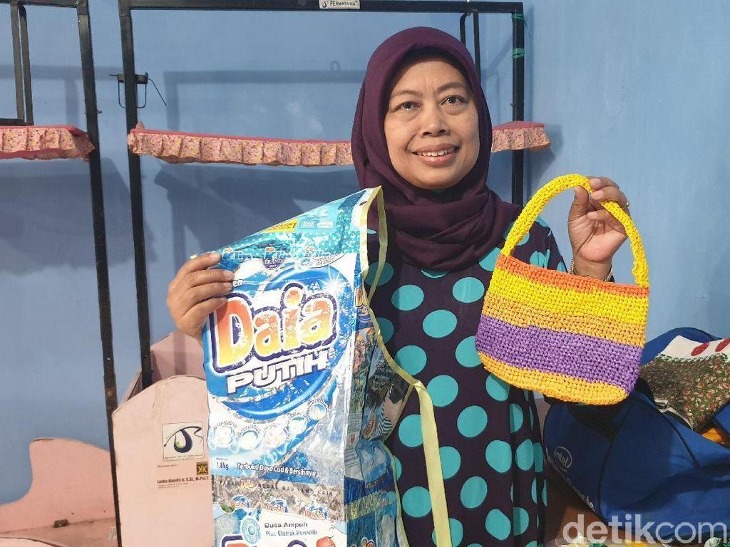 Warga Cihaurgeulis Bandung Ubah Sampah Jadi Pupuk hingga Tas