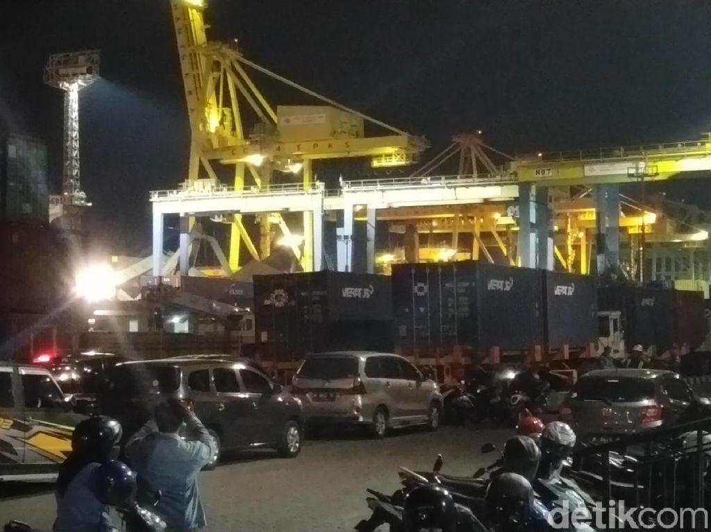 3 Truk Tertimpa Crane yang Roboh Tertabrak Kapal di Semarang
