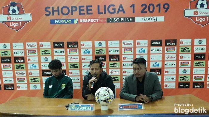 Pelatih Persebaya Djadjang Nurdjaman memberi selamat atas kemenangan PSS Sleman (Ristu Hanafi/detikSport)