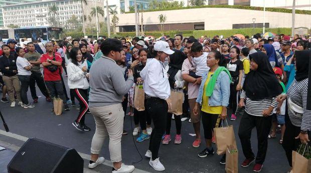Serunya warga berjoged di acara bagi-bagi tanaman hias TransJakarta.