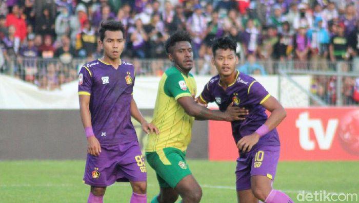 Persik Kediri vs Persiwar Waropen  di Stadion Brawijaya, Kediri, Minggu (14/7/2019).  (Andhika Dwi/detikSport)