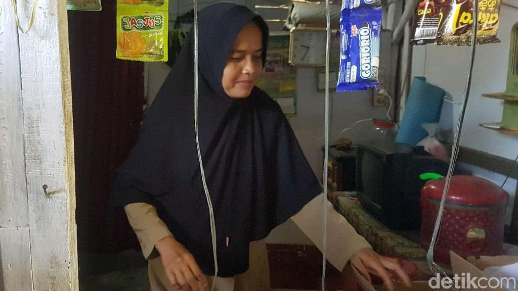 Potret Guru Honorer Banten yang Tinggal di Toilet Sekolah