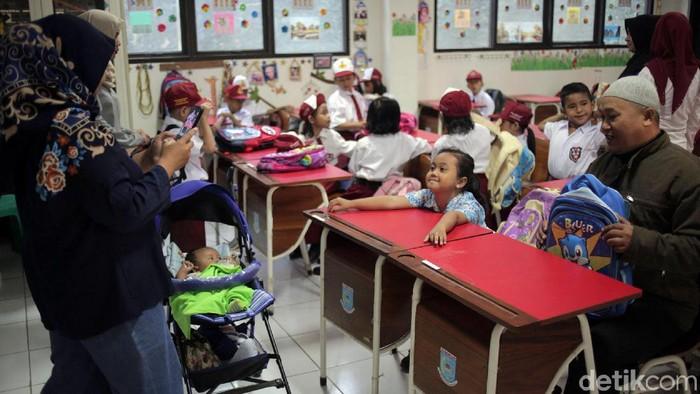 Beberapa orang tua menemani anak di hari pertama sekolah. (Foto: Agung Pambudhy)