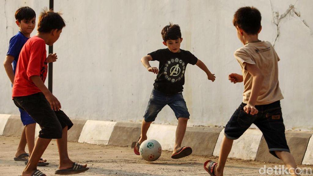 Anak-anak Pencari Suaka Bermain Bola di Tengah Pengungsian