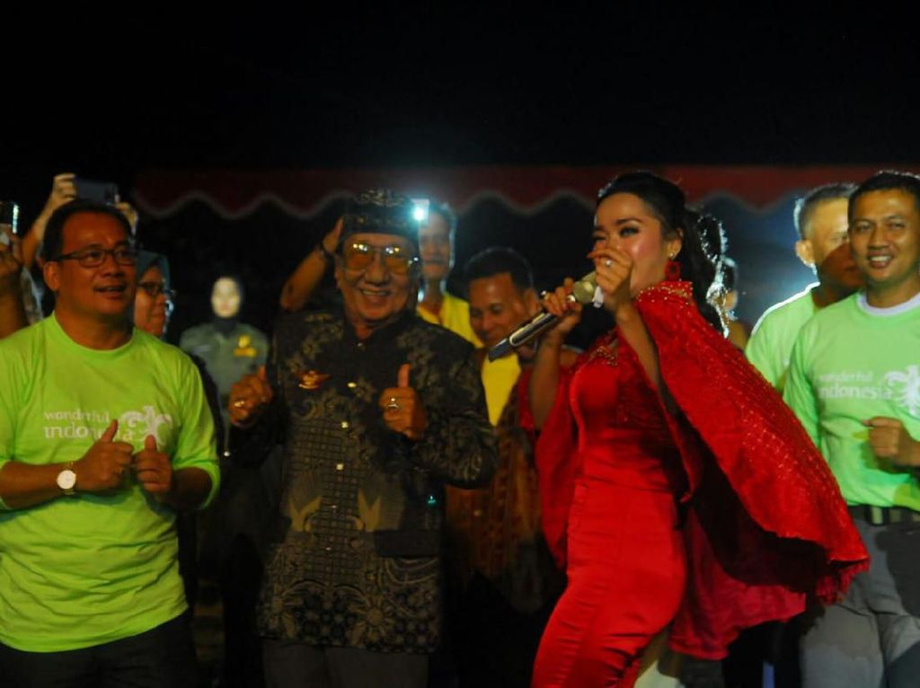Tika Zein Sukses Goyang Sintang di Pentupan Kelam Tourism Festival