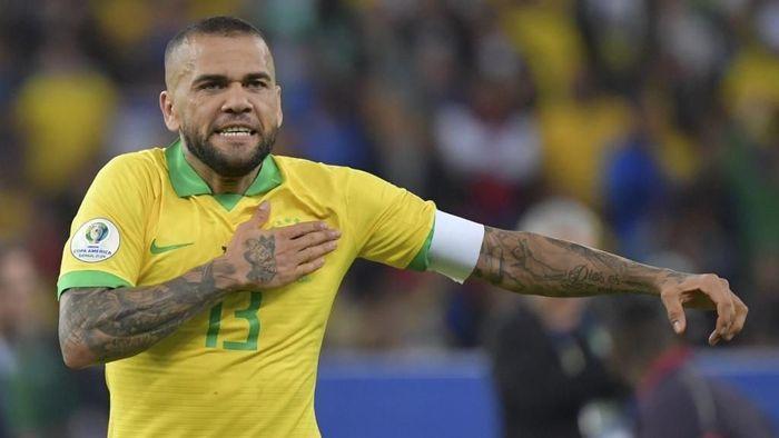 Dani Alves dikabarkan bersedia bergabung dengan Arsenal. (Foto: Luis Acosta / AFP)