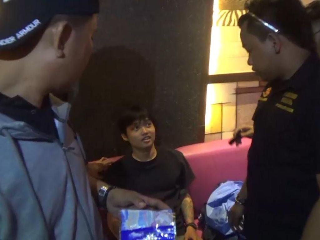 Asyik Karaoke Sambil Merokok Gorilla, 7 Pemuda Diamankan