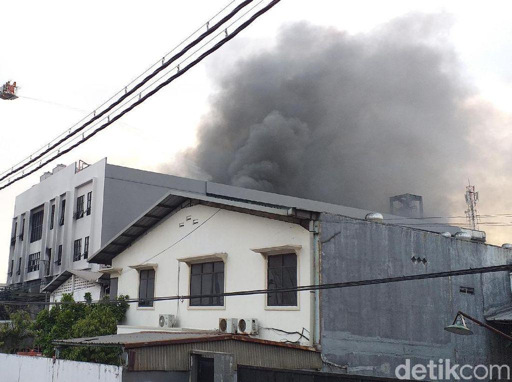 Evakuasi 4 Pegawai terjebak di Atap Gudang Terbakar Berlangsung Dramatis
