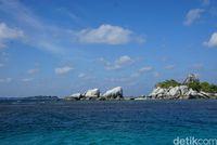 Laut dengan batu granit di sekitarnya (Shinta Angriyana/detikcom)