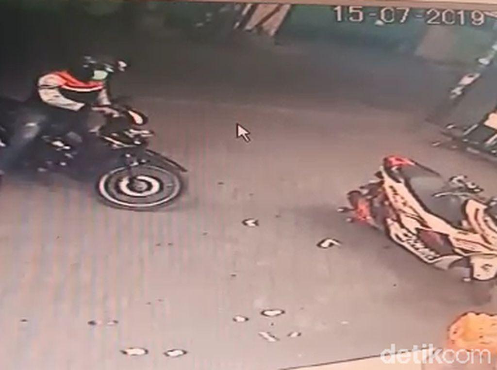 Hanya Butuh 1 Menit Pelaku Perampokan Satroni Minimarket di Surabaya
