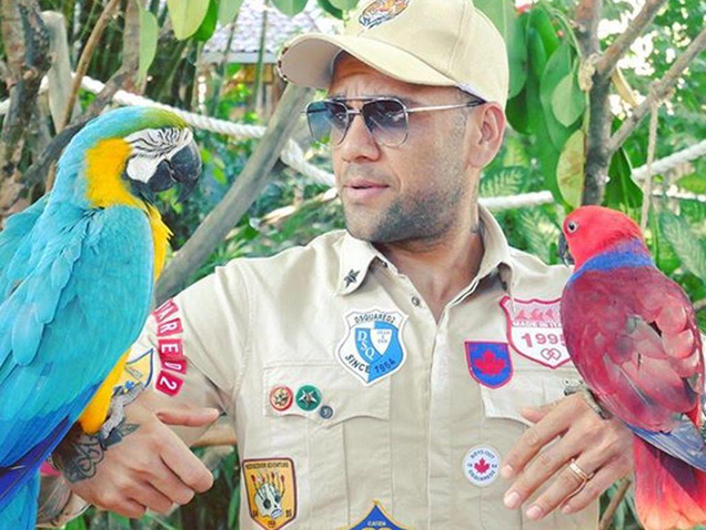 Girangnya Dani Alves Main ke Kebun Binatang di Bali