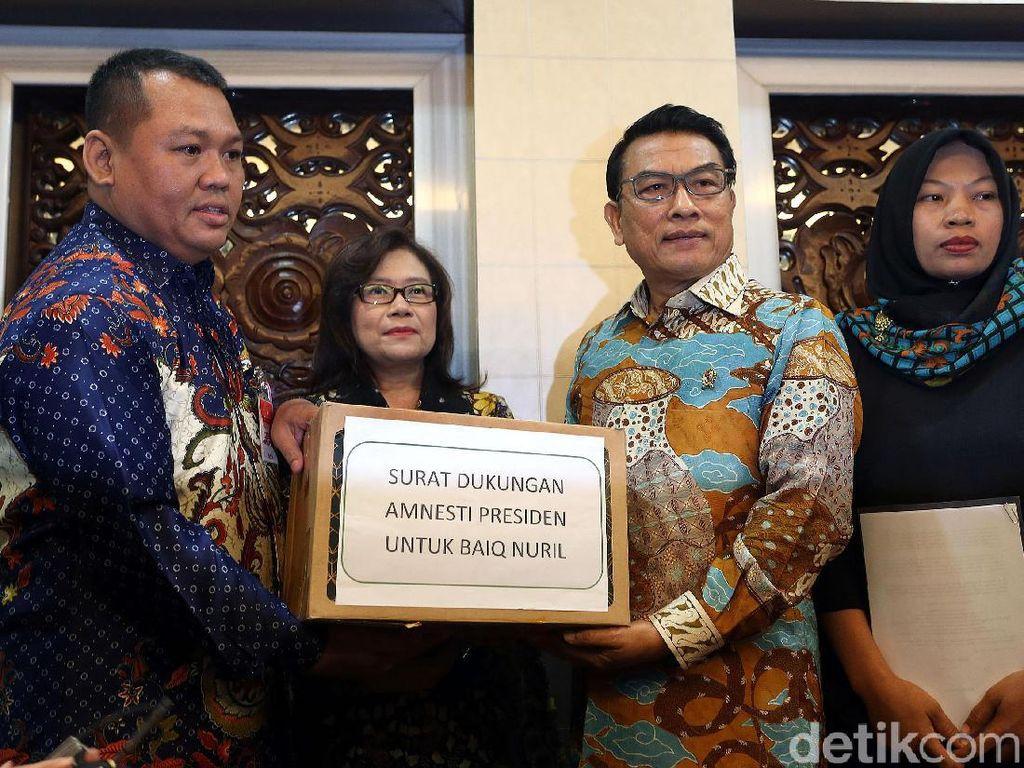 Momen Baiq Nuril Serahkan Surat Amnesti kepada Presiden Jokowi