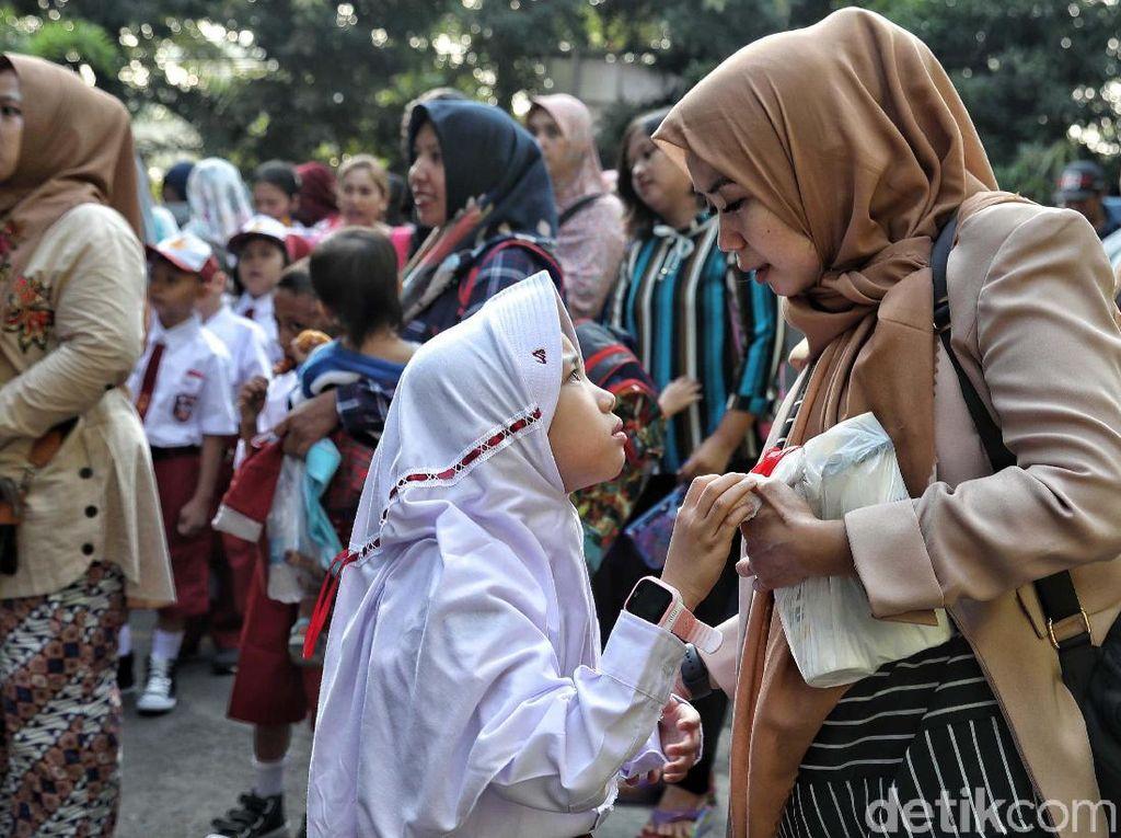 Manfaat Psikologis Mengantar Anak di Hari Pertama Sekolah