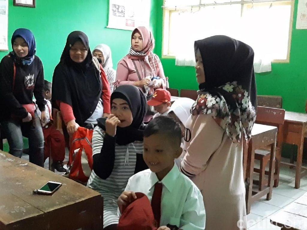 Hari Pertama Sekolah, Ortu Datang Subuh untuk Pilih Bangku Anaknya