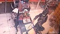 Selain Bawa Golok, Perampok Satroni Minimarket di Surabaya Juga Berpistol